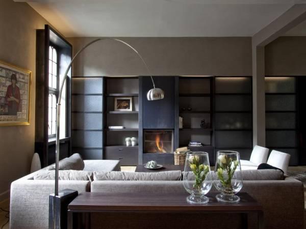Напольная лампа Arco за диваном