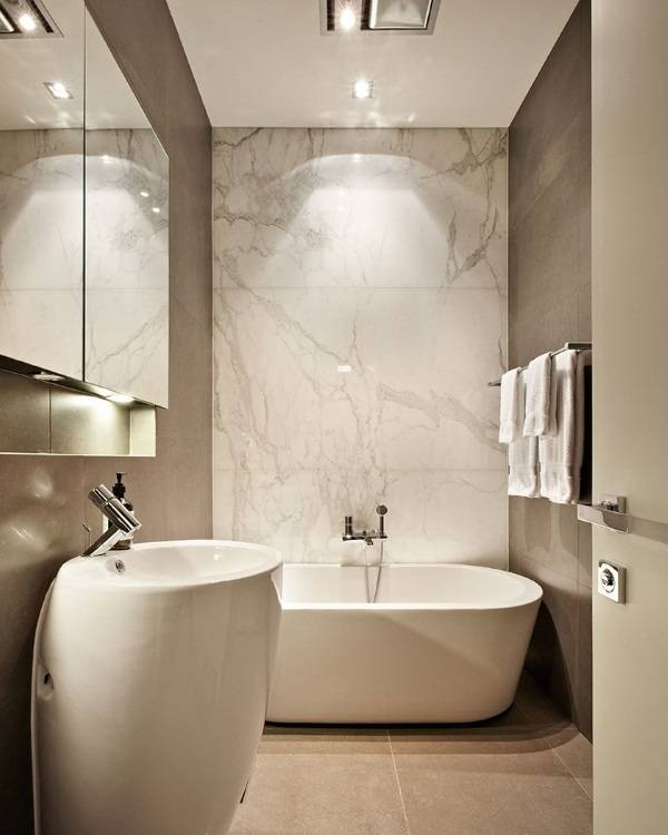 Небольшая ванная комната с мрамором