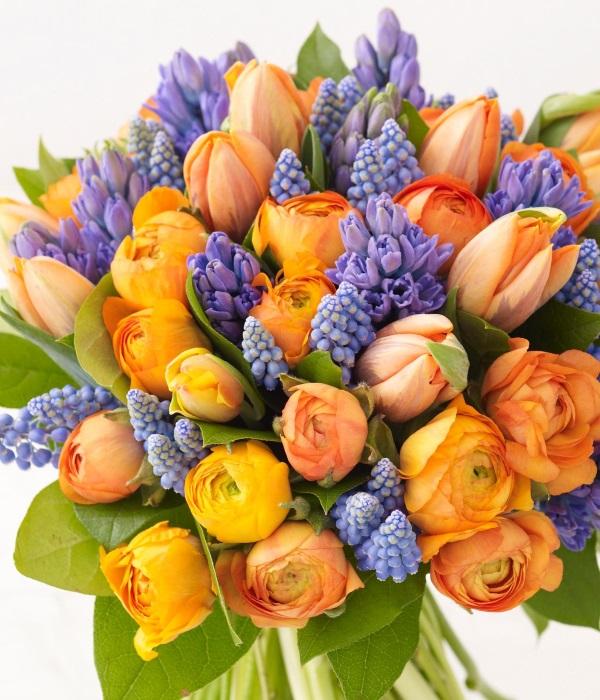 Букет из оранжевых и фиолетовых цветов