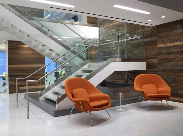 Оранжевые кресла Saarinen Womb