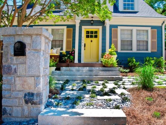 Покраска фасада и входной двери в яркие цвета