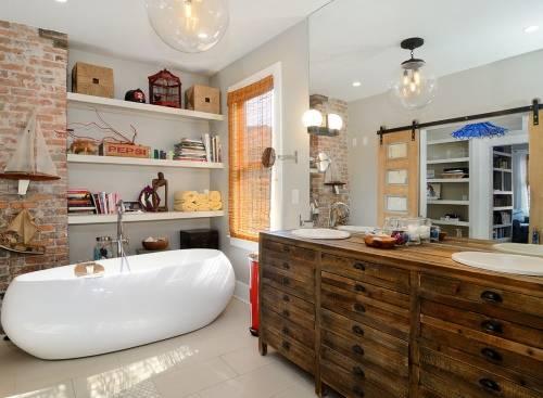 Открытые полки и кирпичная стена в ванной комнате