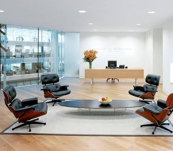 Овальный столик и четыре кресла Эймс