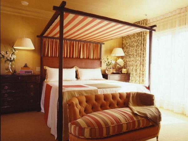 Полосатый балдахин в спальне