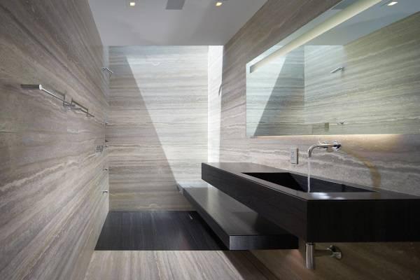 Полосатый мрамор в ванной комнате