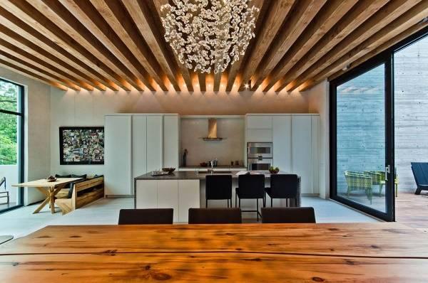 Деревянные балки на потолке в гостиной и кухне