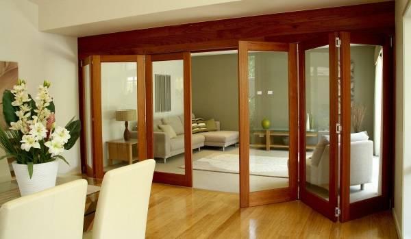 Две комнаты в одной со стеклянной перегородкой