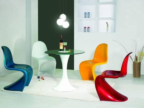 Разноцветные глянцевые стулья Пэнтон