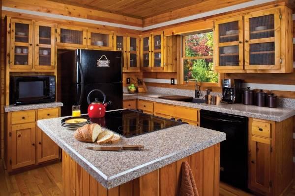 Красный чайник в дизайне кухни