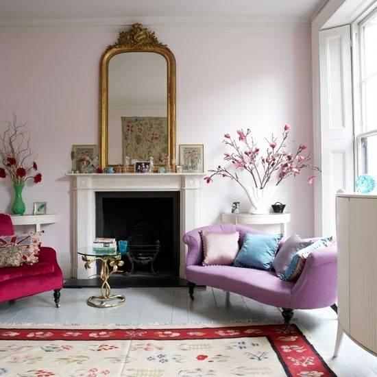 Романтичный дизайн гостиной в красных и сиреневых тонах