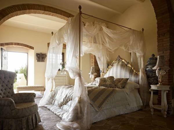 Красивая романтичная спальня с кроватью с балдахином
