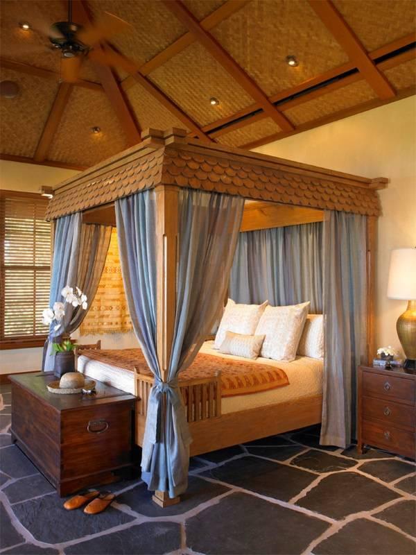 Деревянная кровать с богатой отделкой и балдахином