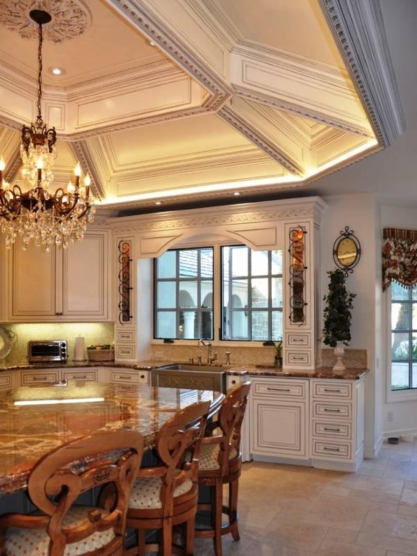 Роскошный потолок на классической кухне