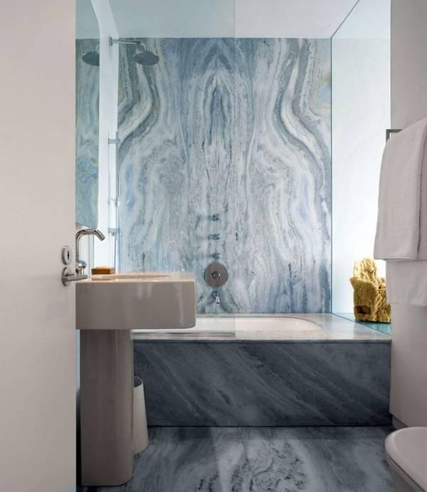 Ванная комната с серо-синим мрамором