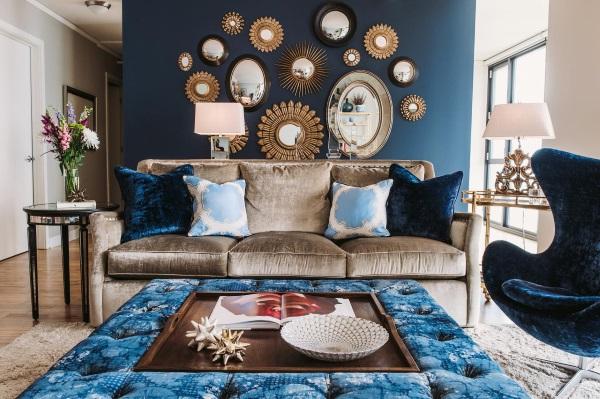 Синяя стена и мягкая мебель в гостиной