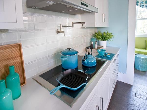 Украшение столешниц кухни посудой