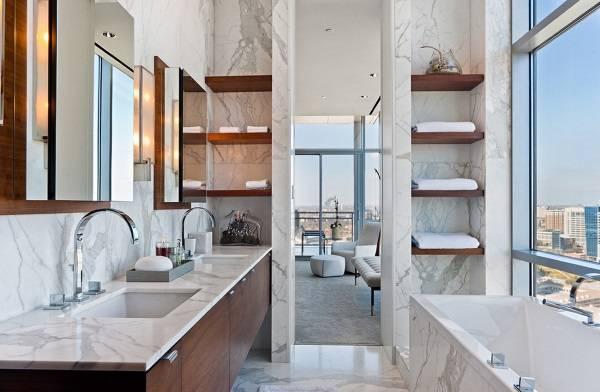 Сочетание мрамора и дерева в ванной