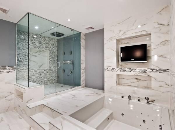 Сочетание мрамора и плитки в ванной