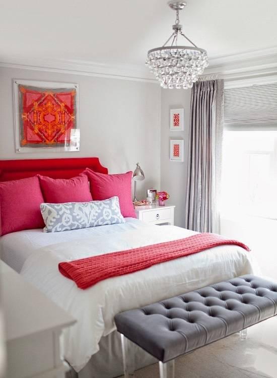 Сочетание красного, розового и серого в спальне