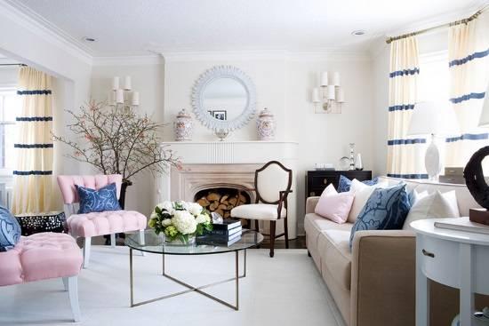 Сочетание розового и синего в дизайне гостиной