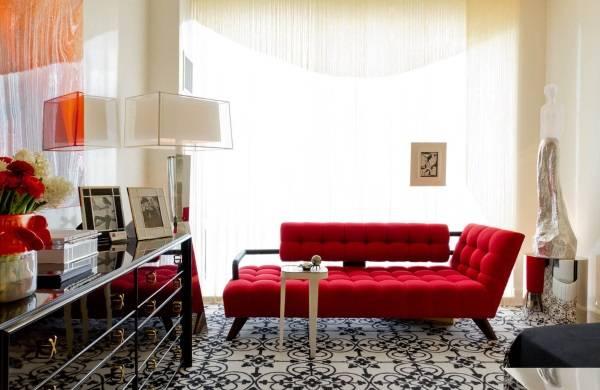 Маленькая шикарная гостиная с красным диваном