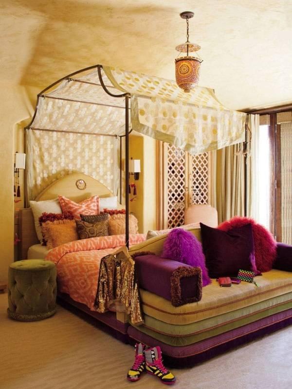 Спальня в эклектичном стиле с балдахином