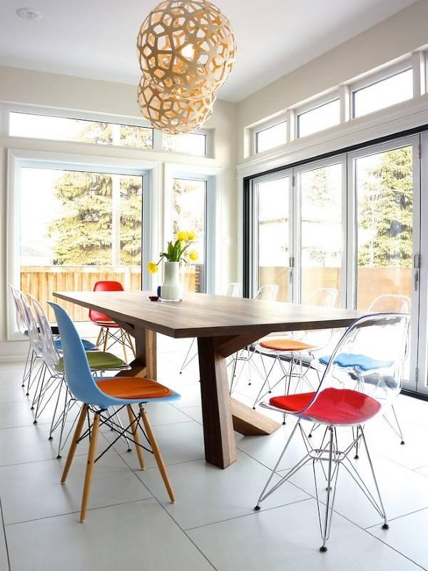 Пластиковые кресла Эймс вокруг обеденного стола