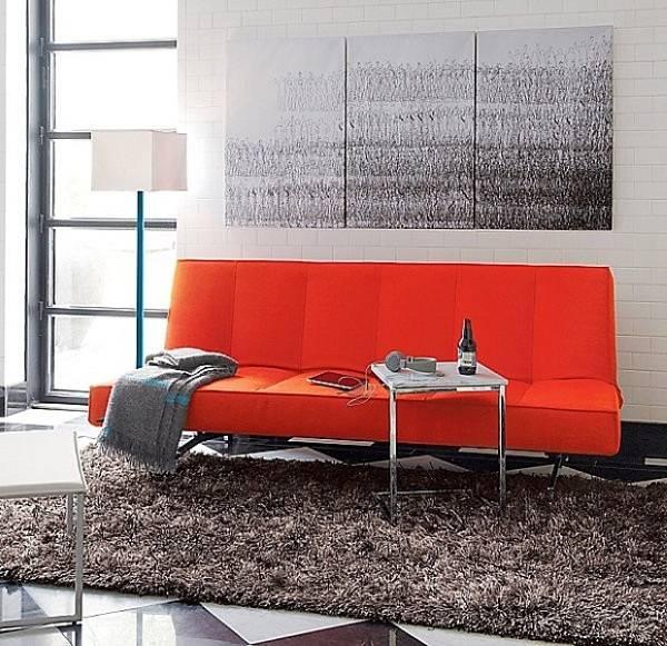 Синий торшер и красный диван
