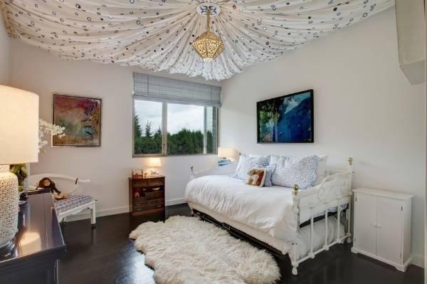 Красивый потолок с тканью в спальне
