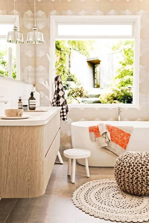 Уютная ванная с пуфиком, вешалкой и другим декором