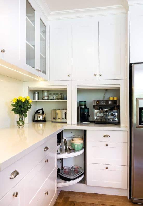 Полки между шкафчиками на кухне