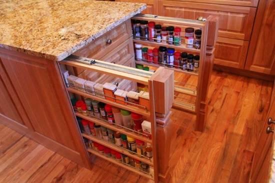 Выдвижные полки для специй на кухне