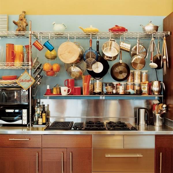 Открытые полки с посудой в дизайне кухни