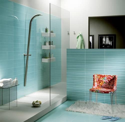 Яркий элемент в светлой ванной
