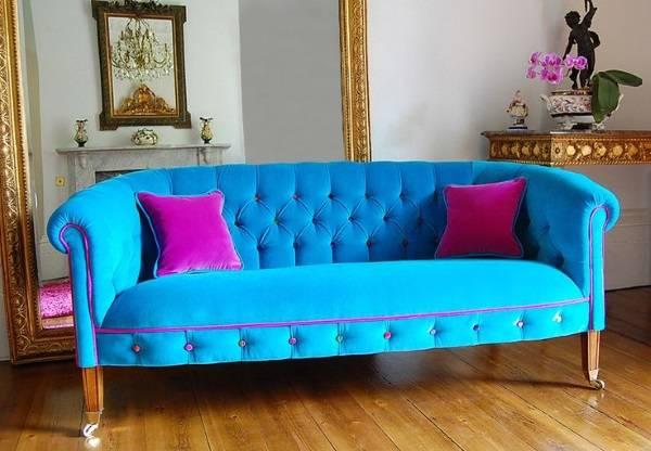 Ярко-голубой с розовым диван в гостиной