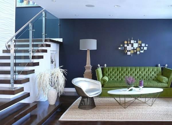 Зеленый диван и синие стены в гостиной