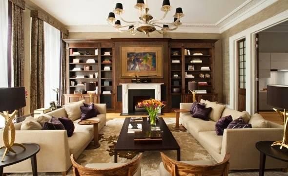 Роскошная гостиная с симметричной мебелью