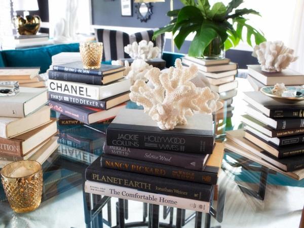 Стопки книг как настольный декор