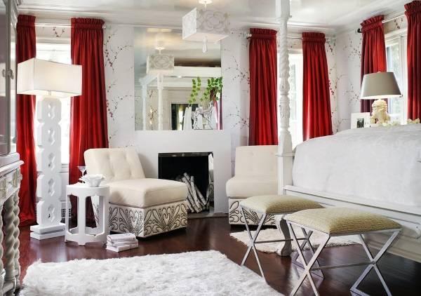 Белая гостиная с красными шторами