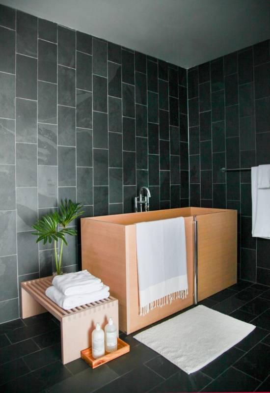 Белые полотенца в дизайне ванной комнаты