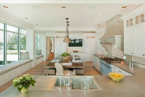 Кухня с большими окнами в стиле прованс