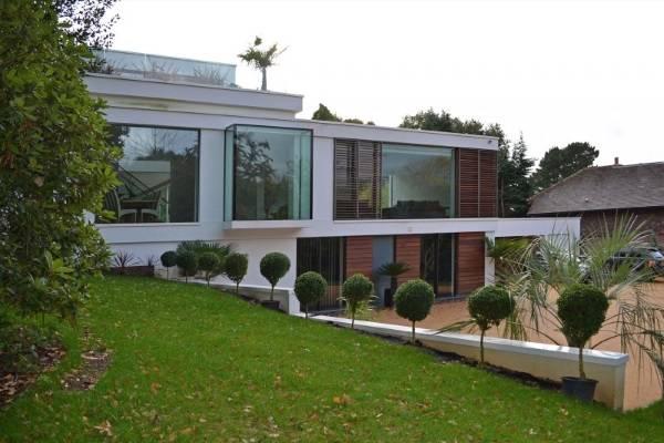 Дом с большими окнами на всю стену