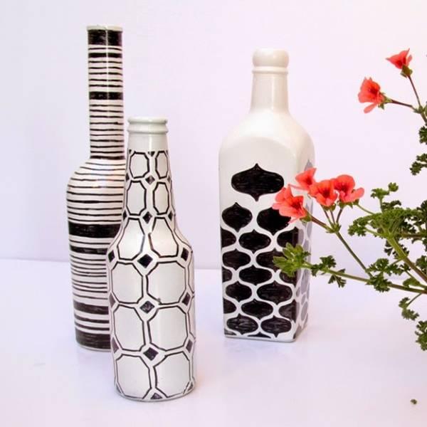 Черно-белые вазы из бутылок