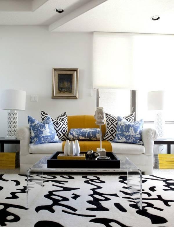 Черно-белый декор в яркой гостиной