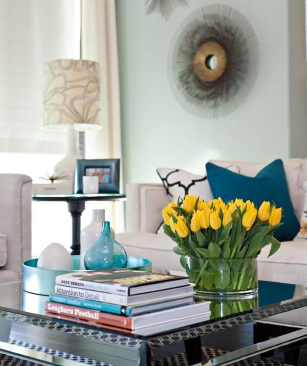 Желтые тюльпаны в интерьере