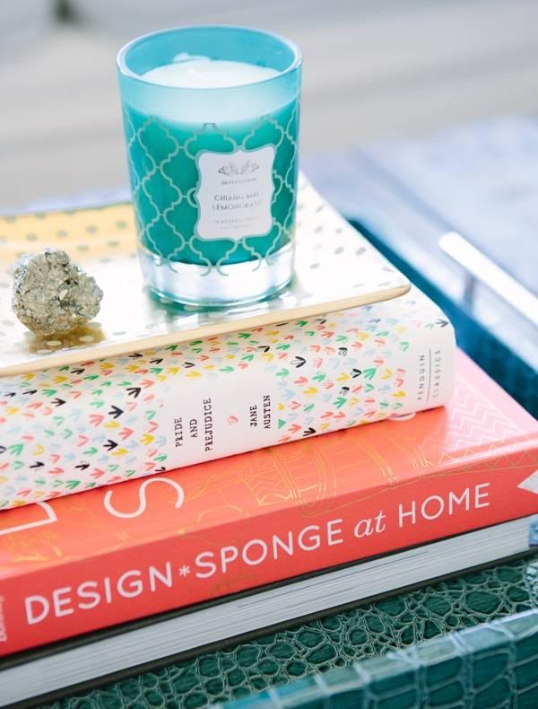Стопка книг с декором на столике