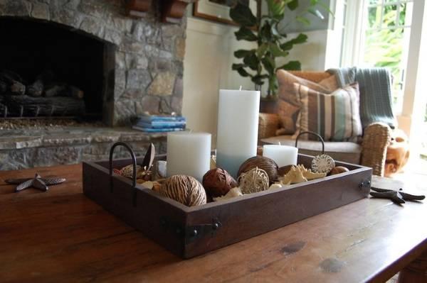 Поднос с декором на столе