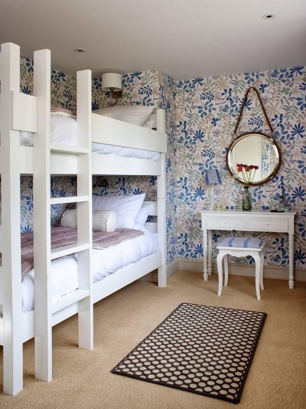 Двухъярусная кровать в комнате девушек