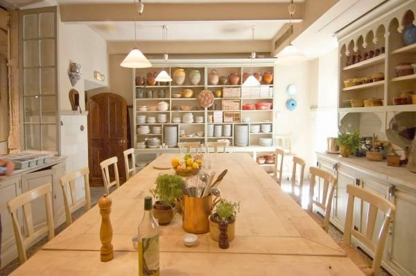 Открытые стеллажи на кухне прованс