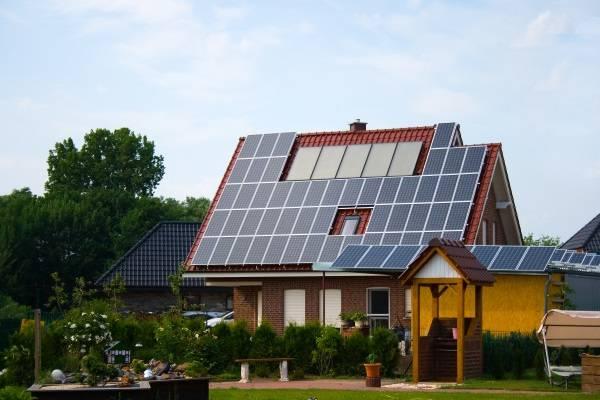 Дом с солнечными батареями для автономного электричества